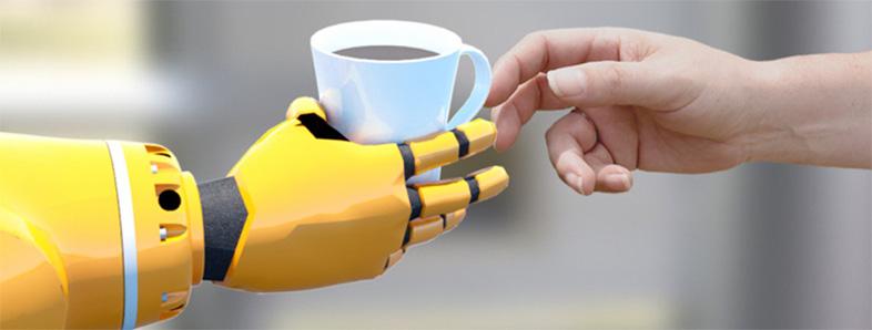 Ein Roboterarm reicht einem Menschen eine Tasse Kafee (Bildquelle: TU Chemnitz)