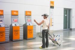 Proband mit Messtechnik am Flughafen